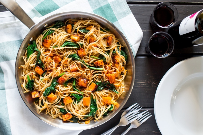 pumpkin-spinach-walnut-spaghetti-top-down-800x533